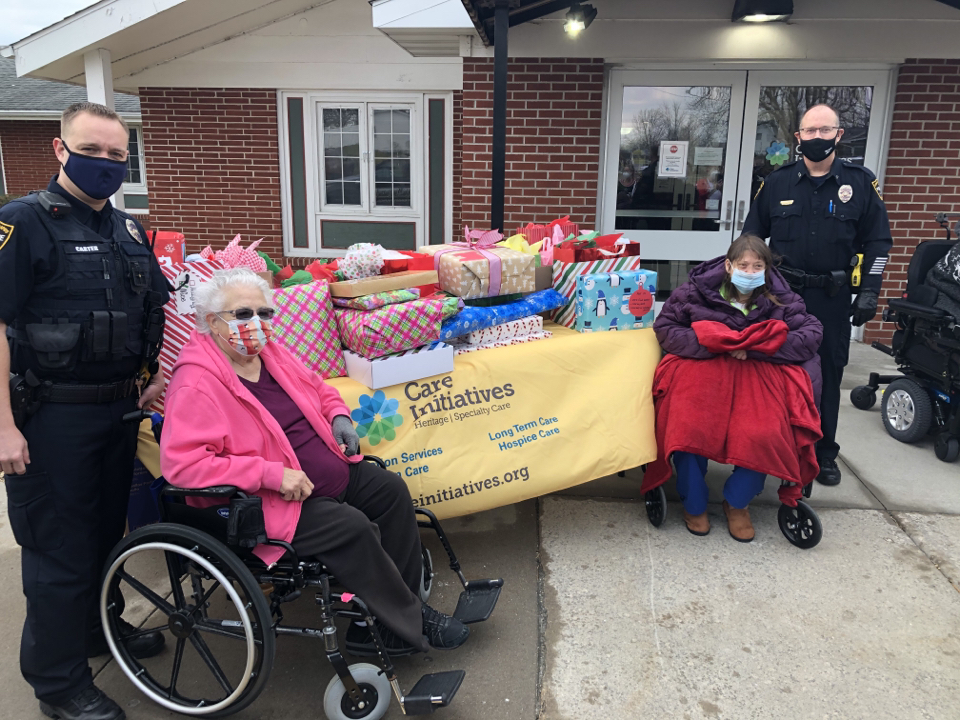 Cedar Rapids police deliver gifts at Heritage