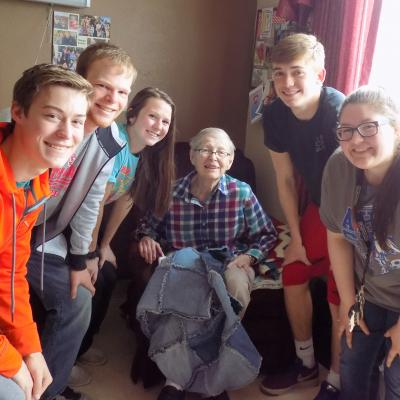 Avoca students donate quilt 4.18